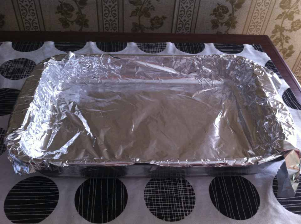 Using foil paper to cover the baking tray